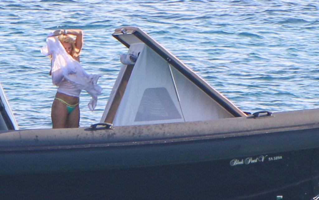 df82cdd55a7 Είδαμε την Ελένη Μενεγάκη με το micro-bikini της και είπαμε wow για ...