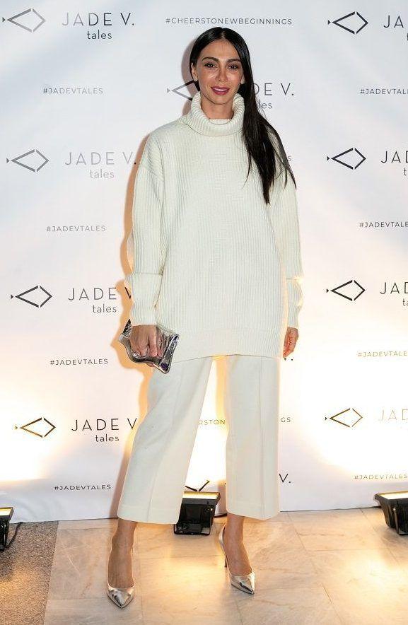 decff8ef02e7 ... καταστήματος στη Γλυφάδα όπου ντύθηκε με total white look φορώντας μια  λευκή ζιπ κιλότ και ένα ασορτί πουλόβερ και ολοκλήρωσε την εμφάνισή της με  γόβες ...